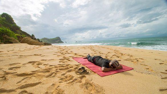 Bersantai di pantai kijingan