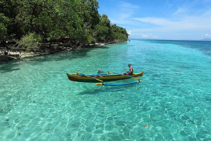 Bermain perahu di pantai liang