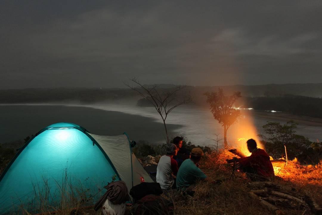 Camping di pantai serang