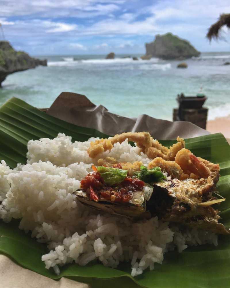 Makanan di pantai ngandong