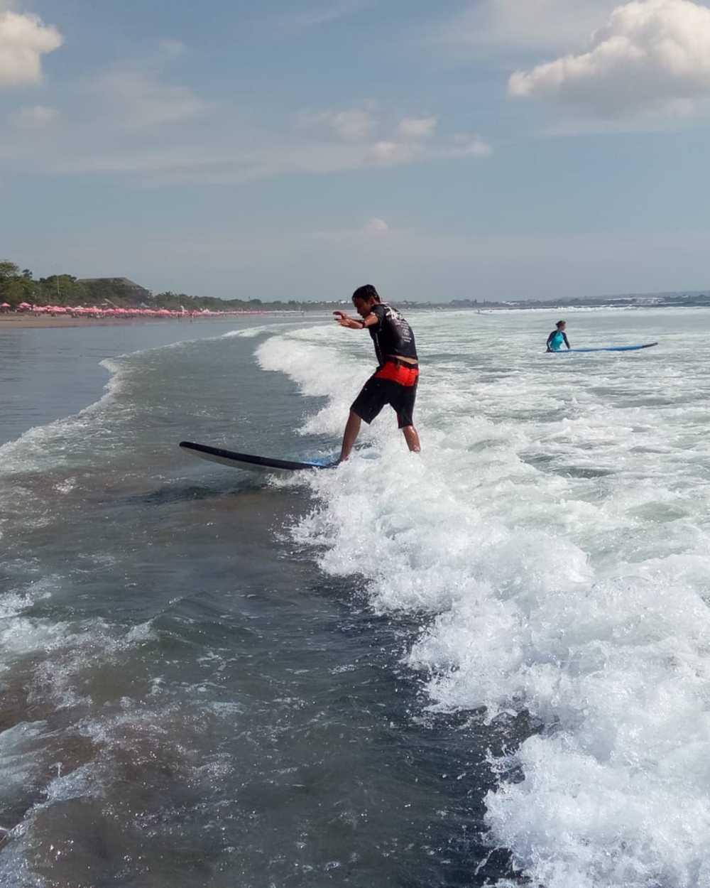 Surfing di pantai seminyak