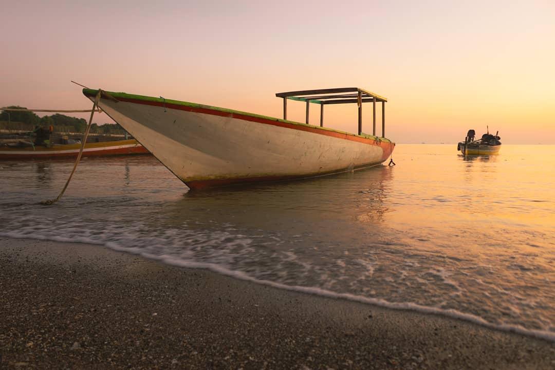 Perahu di pantai lekok
