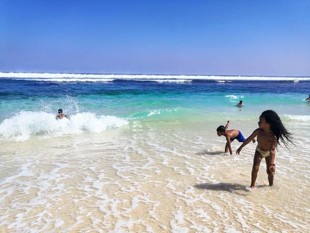 Berenang di pantai melasti