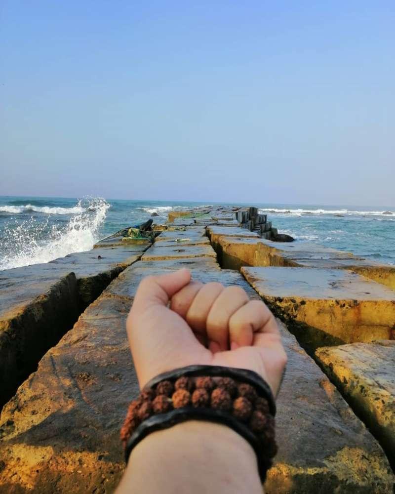 Dermaga batu pantai jayanti