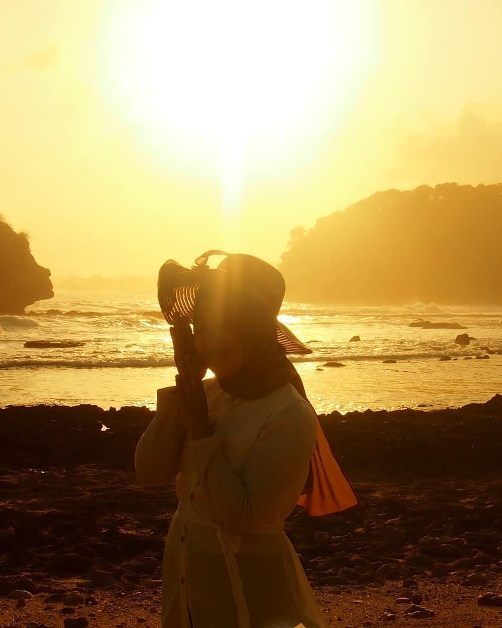 Foto sunset pantai papuma