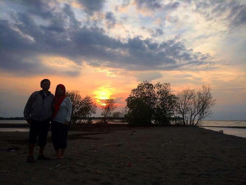 Foto sunset pantai muara gembong